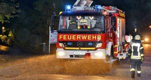 Um 5.45 Uhr war für einige Feuerwehrkräfte der Nordhorner Wehr die Nacht zu Ende. Die digitalen Meldeempfänger weckten sie mit einem H1-Alarm (kleine technische Hilfeleistung). Einsatzort war die Schulstraße in Nordhorn, unweit des dortigen Schulzentrums. Aus einer großen Eiche war ein Teil der Baumkrone herausgebrochen und auf Straße und Fußweg gekracht. Zum Glück wurde dabei niemand verletzt. Die Feuerwehr rückte mit zehn Kräften und den Fahrzeugen Kommandowagen (KdoW) und Hilfeleistungslöschgruppenfahrzeug (HLF 20/16) aus. Mit Hilfe einer Motorsäge wurden die bis zu 20 cm dicken Äste zersägt und an die Seite geräumt.